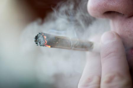 Uomo di fumo di sigaretta di marijuana droga leggera Amsterdam, Paesi Bassi Archivio Fotografico - 43934041