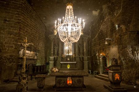 Kapel in de grote zaal in de Wieliczka-zoutmijn (13de eeuw), een van 's werelds oudste zoutmijnen. Wieliczka, Polen.