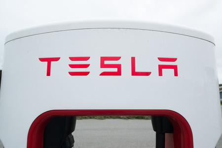 Tingvoll, Noorwegen - CIRCA JUNI 2016: Tesla oplaadpunten bevinden zich in de gehele EU aan de eigenaars van de elektrische auto tegemoet te komen.