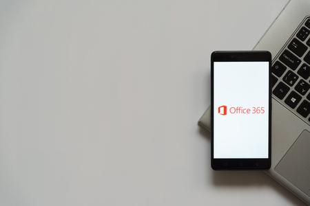 Bratislava, Eslovaquia, 28 de abril de 2017: Logotipo de Microsoft Office 365 en la pantalla del teléfono inteligente situado en el teclado del portátil. Lugar vacío para escribir información. Foto de archivo - 79596693