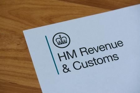 런던, 영국, 2017 년 6 월 28 일 : 종이에 Her Majestys Revneue and Customs의 로고. HMRC는 영국 정부의 비 장관급 부서입니다.