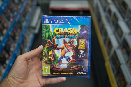 Bratislava, Slowakije, 30 juni 2017: Man met Crash Bandicoot N Sane Trilogy-videogame op Sony Playstation 4-console in gamewinkel