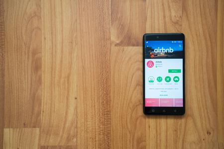 Los Angeles, USA, il 13 luglio 2017: Logo di Airbnb sullo schermo dello smartphone su fondo di legno. Archivio Fotografico - 83326740