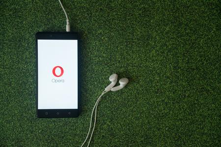 Los Angeles, USA, october 23, 2017: Opera mini logo on smartphone screen on green grass background. Publikacyjne