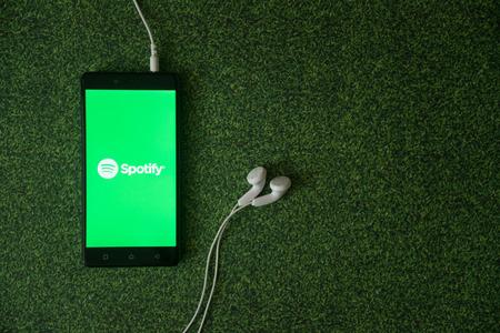Los Angeles, EUA, 23 de outubro de 2017: logotipo Spotify na tela do smartphone em fundo de grama verde. Foto de archivo - 88738746