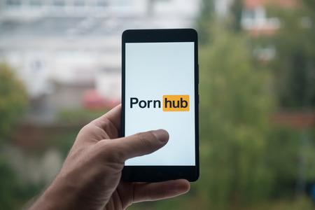 Londres, Reino Unido, el 3 de octubre de 2017: Sirva sostener smartphone con el logotipo de Pornhub con el dedo en la pantalla Foto de archivo - 88739573