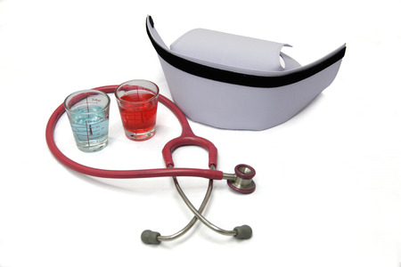 nurse cap: alcool in tazza e stetoscopio o un cappello infermiere