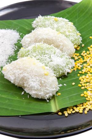 Close up mung bean rice - crepe on banana leaves and black ceramic dish vertical. Dessert thailand. 版權商用圖片