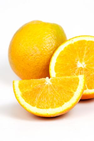naranja fruta: Dividida frutas de naranja sobre fondo blanco Foto de archivo