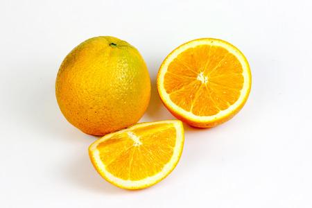 naranja fruta: Fruto de naranja dividida en blanco aislado con trazado de recorte