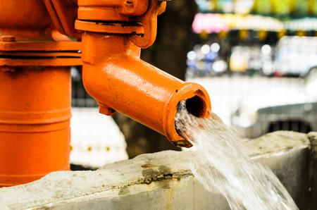 bomba de agua: Cierre de la bomba de agua. Al aire libre (agua, bomba, tubo)