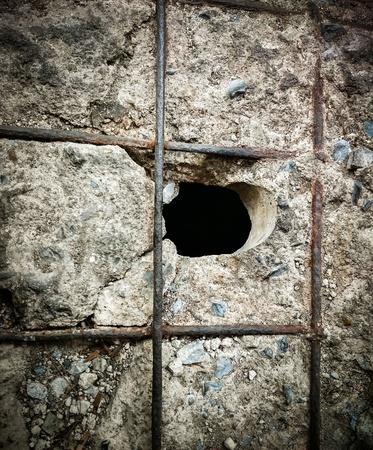 zwart gat: Zwart gat in de gebarsten vloer. Close-up (gat, symbool, vloer)