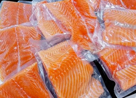 슈퍼마켓 연어 생선 해산물의 포장 판매에 신선한 연어 스톡 콘텐츠