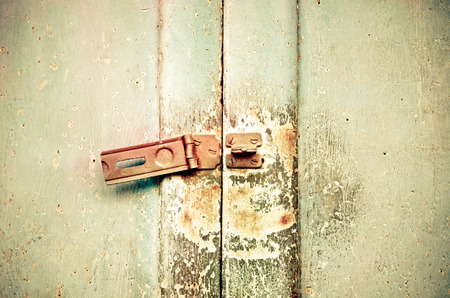 puertas de hierro: Old rusted lock on a door