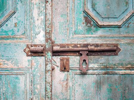 cerrar la puerta: ojo de la cerradura oxidada en puerta de madera, cerrar