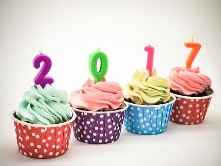 Cupcakes De Chocolate En Filas Con Velas 2017 Sobre Fondo Blanco