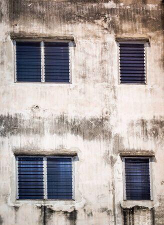 Fenêtre bleue sur le vieux mur de ciment. Bangkok, Thaïlande Banque d'images - 80823509