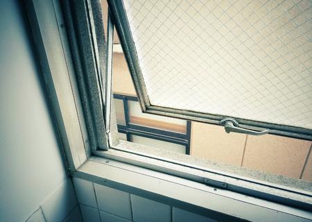Filtre de couleur vintage, la fenêtre du bâtiment s'est ouverte. Banque d'images - 81592084