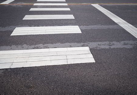Carrefour piéton de la rue dans la rue de la ville. Panneaux de signalisation et symboles.