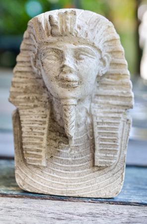 Kleine Statuen von König Pharao auf Holztisch (Geschichte, Pharao, Ägypten)