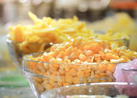 Sweet tropical corn with syrup in glass bowl. Thai dessert  (ruam mit) Standard-Bild