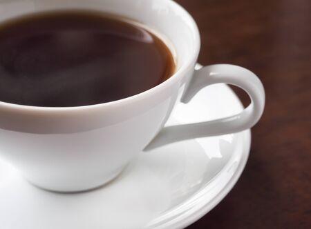 Una taza de café americano caliente o café expreso caliente