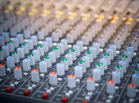 Mixaggio dell'equalizzatore del suono. Attrezzatura da studio professionale per il mixaggio del suono. Immagine dello studio musicale. Primo piano e messa a fuoco selettiva. Archivio Fotografico