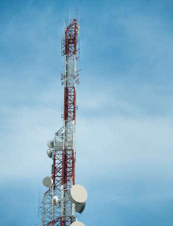 LTE, GSM, 2G, 3G, 4G, 5G tower of cellular communication. Telecommunication tower against the blue sky. Standard-Bild