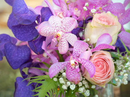 Roses and orchids decorated in beautiful bouquets. Bouquet for various festivals. Standard-Bild