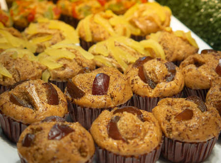 Banana cake or banana muffins in cupcakes decorate the top with a variety of candied fruits ready to eat. Standard-Bild