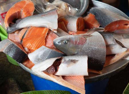 Sliced fresh salmon fish head for sale in the seafood market. Bangkok, Thailand. Standard-Bild