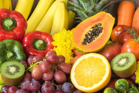 platano maduro: Grupo de frutas y verduras frescas orgánicas para sana Foto de archivo