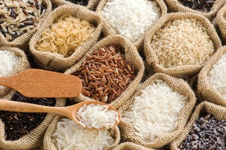 Group of organics rice in burlap bag Stockfoto