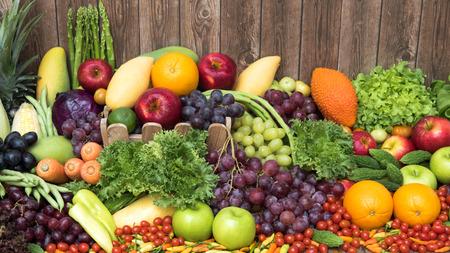fruta tropical: Frutas y verduras org�nicas para nutritivo Foto de archivo
