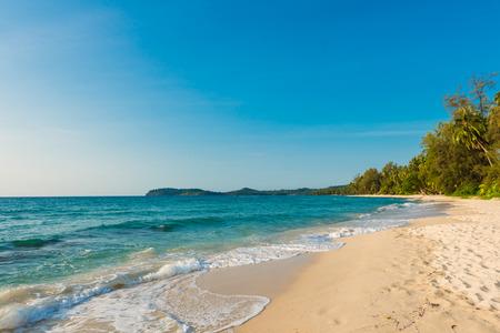 cielo despejado: Hermoso paisaje de playa tropical en la isla de Koh Kood, Tailandia