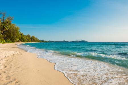 olas de mar: Hermoso paisaje de playa tropical en la isla de Koh Kood, Tailandia