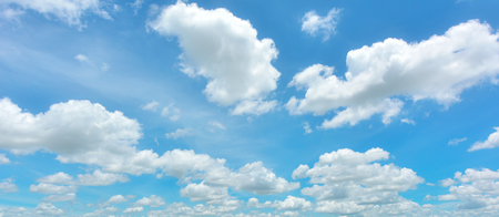 the sky with clouds: Cielo azul y nubes blancas