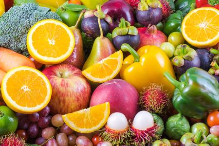 comiendo frutas: Frutas y verduras orgánicas para nutritivo Foto de archivo