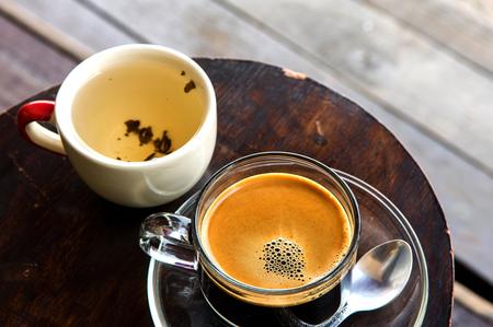 Caffè caldo di stile cinese con tè sul tavolo del cerchio al mercato Archivio Fotografico