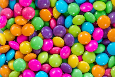 背景にカラフルなチョコレートのお菓子 写真素材