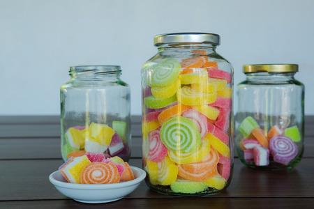 Multi kleur snoepjes weergegeven in glazen potten
