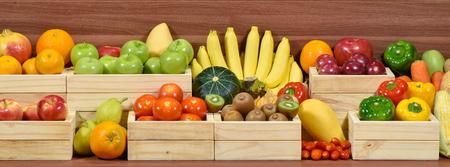 Verse groenten en fruit in houten doos in de supermarkt