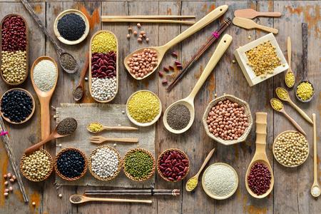 comida gourmet: Vista superior de una variedad de leguminosa con una batería de cocina