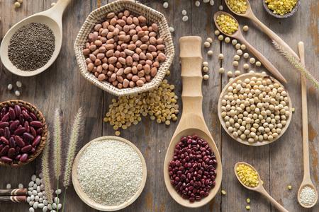 leguminosas: Varias legumbres en cuchara de madera Foto de archivo