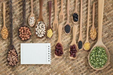 leguminosas: Top legumbres secas vaus vista en cuchara de madera Foto de archivo