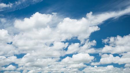 Weiße Wolken mit blauem Himmel Standard-Bild