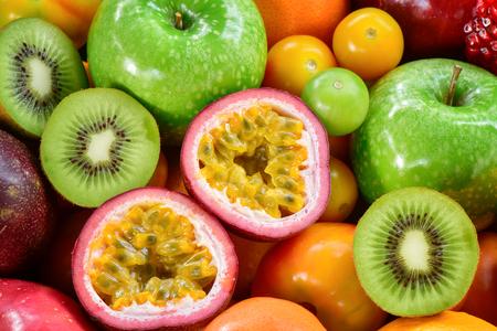 Reife Früchte der Nahaufnahme, Maracujas, Kiwifrüchte mit Gruppe trägt für gesundes Essen Früchte Standard-Bild - 74502635