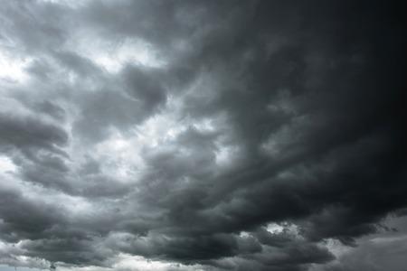 暗い空と黒い雲は雨、劇的な黒い雲と雷雨の前に 写真素材