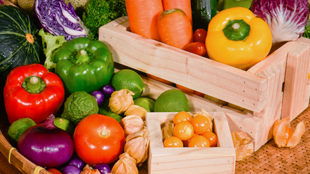 nutrientes: Arrangement fresh fruits and vegetables for eating healthy