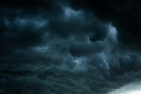 검은 구름과 비가 오기 전에 천둥, 극적인 검은 구름과 어두운 하늘 스톡 콘텐츠